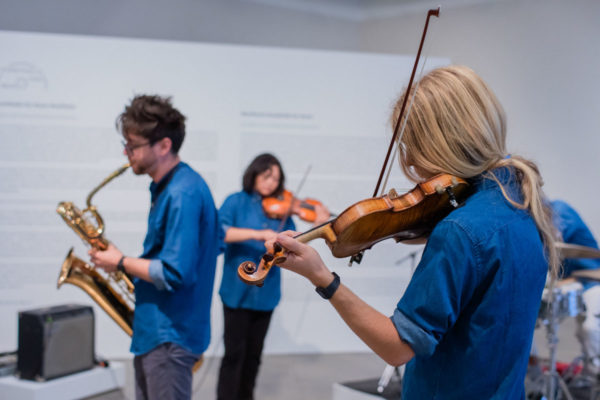 Nigel Dean (violin), Kunsthalle for Music, Museum of Contemporary Art Santa Barbara, 2019, Courtesy MCASB, Photo: Alex Blair.