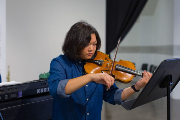Pauline Lay (violin & electric bass), Kunsthalle for Music, Museum of Contemporary Art Santa Barbara, 2019, Courtesy MCASB, Photo: Alex Blair.