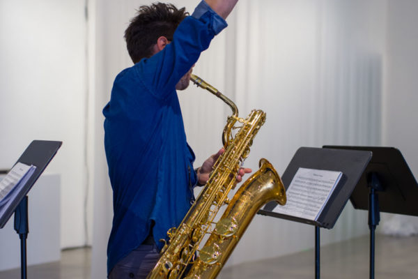 Garrett Wingfield (saxophones), Kunsthalle for Music, Museum of Contemporary Art Santa Barbara, 2019, Courtesy MCASB, Photo: Alex Blair.