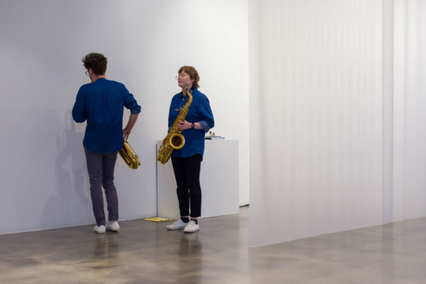 Marta Tiesenga (saxophones) & Garrett Wingfield (saxophones), Kunsthalle for Music, Museum of Contemporary Art Santa Barbara, 2019, Courtesy MCASB, Photo: Alex Blair.